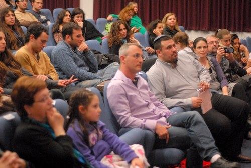 הקהל מקשיב לדבריה של אורית גידלי על אייכה